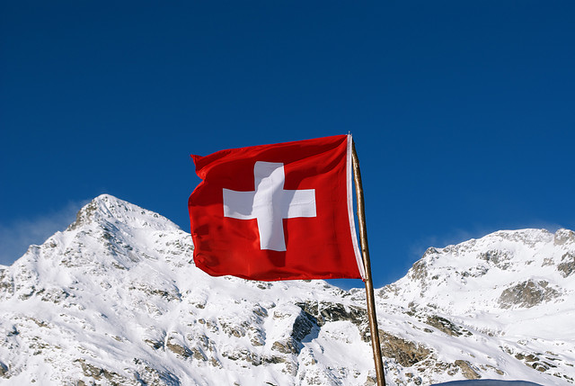 Swiss 'Yes' and 'No' Gold Initiative Campaigns Compete at Launches in Bern